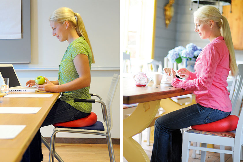 Eine blonde Frau mit Pferdeschwanz wird hier auf zwei Bildern von der Seite auf einem luftgefüllten Sitzkissen sitzend gezeigt: einmal arbeitend am Schreibtisch den Blick auf den Computer gerichtet und einmal beim Frühstücken am Esstisch.