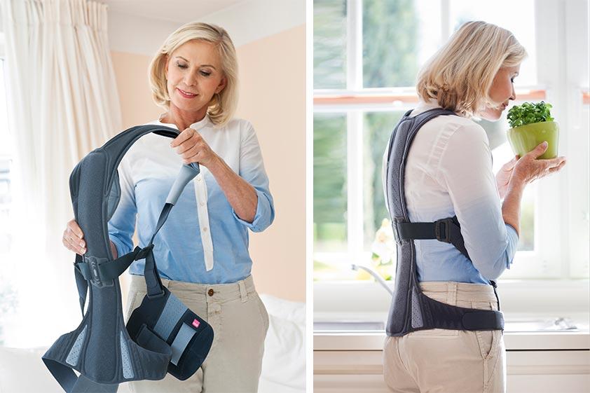 Links im Bild hält eine ältere Frau eine Rückenorthese vor sich in der Hand zur Therapie von Osteoporose. Ihr Blick ist auf die Rückenorthese gerichtet, die sie gleich anziehen wird. Rechts im Bild trägt sie die selbe Rückenorthese bei alltäglichen Tätigkeiten zur Aufrichtung und Stabilisierung der Wirbelsäule im Alltag.
